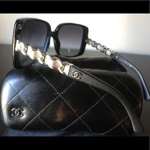 NEW! Oversized CHANEL chain sunglasses black/white